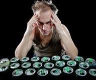 La persona borracha en una camiseta verde Fotos de archivo