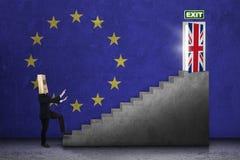 La persona camina hacia puerta del brexit foto de archivo