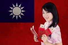La persona china sostiene el sobre con la bandera de Taiwán Fotos de archivo libres de regalías
