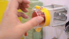 La persona clicca un dito al grande tasto di arresto rosso Controlli il pannello dei bottoni video d archivio