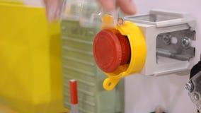 La persona clicca un dito al grande tasto di arresto rosso Controlli il pannello dei bottoni stock footage