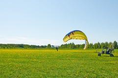 La persona con un paracaídas Imágenes de archivo libres de regalías