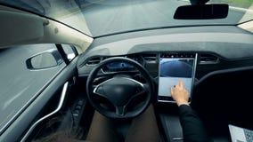 La persona controlla un'automobile auto-movente Automobile driverless del pilota automatico autonomo archivi video