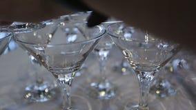 La persona crea la costruzione dei vetri di vino di cristallo sulla tavola video d archivio