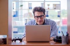 La persona dedita del gamer che gioca i giochi di computer a casa Fotografie Stock Libere da Diritti