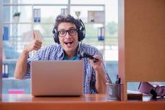 La persona dedita del gamer che gioca i giochi di computer a casa Fotografia Stock