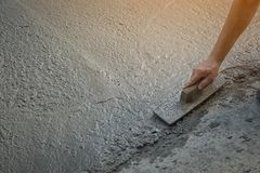 La persona dei lavoratori che non indossa la sporcizia inizializza la scavatura con la pala della zappa Immagine Stock Libera da Diritti
