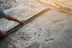 La persona dei lavoratori che non indossa la sporcizia inizializza la scavatura con la pala della zappa Fotografia Stock Libera da Diritti