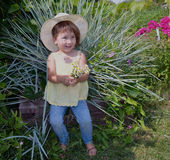 La persona del bambino fiorisce il verde di giardinaggio dell'estate di bellezza dei giovani del prato di infanzia del giardino d Fotografie Stock