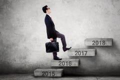La persona di affari cammina verso 2017 sulle scale Fotografia Stock Libera da Diritti