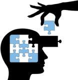 La persona di formazione impara la soluzione di puzzle di mente Fotografia Stock Libera da Diritti