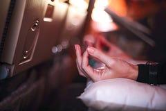 La persona en aeroplano con aerophobia asustó del vuelo que hacía la yoga f foto de archivo libre de regalías