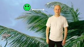 La persona evalúa el centro turístico con una cara sonriente en una pantalla virtual El hombre mueve el resbalador hacia la satis almacen de video