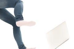 La persona golpea el cuaderno con el pie Imagenes de archivo