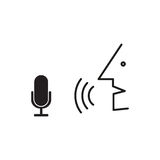 La persona habla en el micrófono Proceso del reconocimiento de voz Foto de archivo