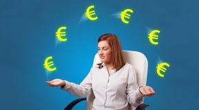 La persona hace juegos malabares con s?mbolo euro fotos de archivo
