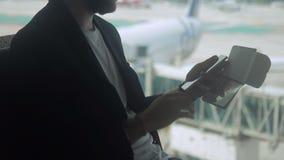 La persona incorpora datos del boleto en un smartphone para el registro en línea en aeropuerto almacen de video