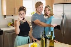 La persona infastidita non può tollerare l'affetto pubblico delle coppie e annoiato dalla loro presa costante del selfie Immagini Stock Libere da Diritti