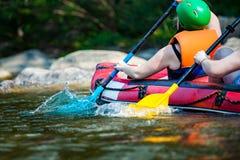La persona joven del grupo está transportando en balsa en el río, deporte extremo foto de archivo