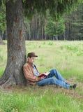 La persona lee el libro Imagen de archivo libre de regalías