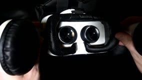 La persona lleva un casco de la realidad virtual almacen de metraje de vídeo