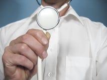 La persona médica sostiene un estetoscopio foto de archivo