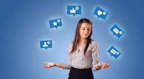 La persona manipola con i simboli sociali di media fotografia stock