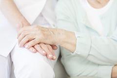 La persona mayor agradece a la enfermera fotografía de archivo