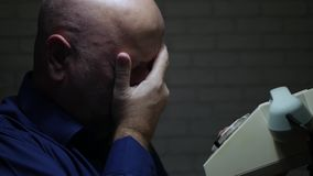 La persona preocupante acaba una conversación telefónica y gesticula decepcionado almacen de metraje de vídeo