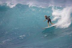 La persona que practica surf adolescente se desliza abajo de una onda Fotos de archivo libres de regalías