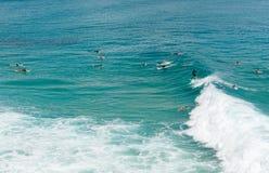 La persona que practica surf coge una onda en Byron Bay Imagen de archivo
