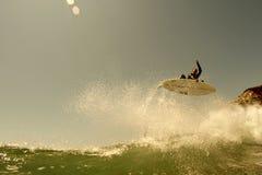 La persona que practica surf consigue el aire en California norteña Imagenes de archivo