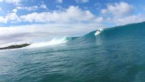 La persona que practica surf da vuelta