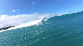 La persona que practica surf da vuelta almacen de video