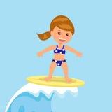 La persona que practica surf de la muchacha monta las ondas Diseño de concepto de vacaciones de verano por el océano Imagen de archivo
