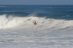 La persona que practica surf durante el nacional se abre Foto de archivo