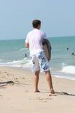 La persona que practica surf espera la onda Fotografía de archivo libre de regalías