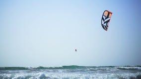 La persona que practica surf flota en el mar almacen de metraje de vídeo