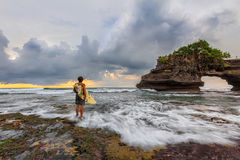 La persona que practica surf lista para practicar surf Foto de archivo libre de regalías