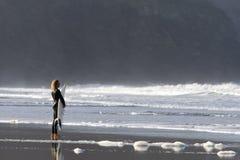 La persona que practica surf mirada agita de la playa Imagen de archivo libre de regalías