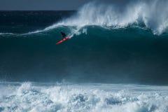 La persona que practica surf monta la onda imagen de archivo libre de regalías