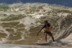 La persona que practica surf no identificada compite con el Quiksilver y a Roxy Pro World Title Event Foto de archivo libre de regalías