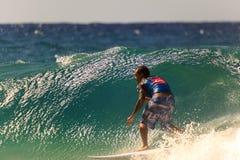 La persona que practica surf no identificada compite con el Quiksilver y a Roxy Pro World Title Event Imagenes de archivo