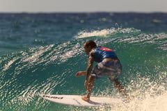 La persona que practica surf no identificada compite con el Quiksilver y a Roxy Pro World Title Event Imagen de archivo libre de regalías