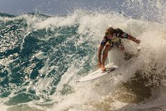 La persona que practica surf no identificada compite con el Quiksilver y a Roxy Pro World Title Event Imágenes de archivo libres de regalías
