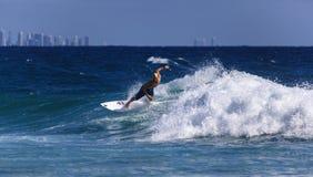 La persona que practica surf no identificada compite con el Quiksilver y a Roxy Pro World Title Event Foto de archivo