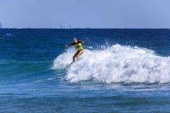La persona que practica surf no identificada compite con el Quiksilver y a Roxy Pro World Title Event Fotos de archivo libres de regalías