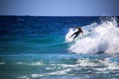 La persona que practica surf no identificada compite con el Quiksilver y a Roxy Pro World Title Event Fotografía de archivo libre de regalías