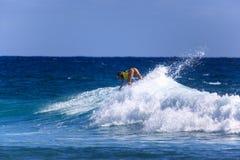 La persona que practica surf no identificada compite con el Quiksilver y a Roxy Pro World Title Event Fotos de archivo