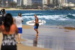 La persona que practica surf no identificada compite con el Quiksilver y a Roxy Pro World Title Event Fotografía de archivo